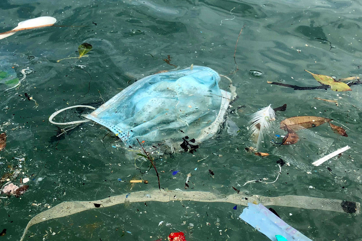 masque usagé polluant l'océan