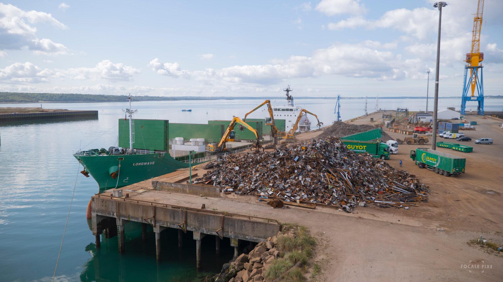 cargo en chargement au port du Brest